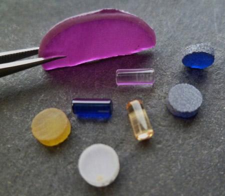 Uhrenlagersteine synthetisch Korund und synthetisch Spinell nach Verneuil vorgeschnitten als dünne Birnenscheibe (boule slice) vorgefertigt als Rondelle und Zylinder fertig poliert.JPG
