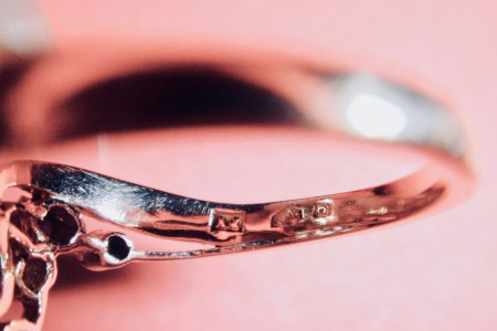 Goldring m. echten Steinen aber ohne Stempel. Was können diese Punzen über diesen Ring aussagen?
