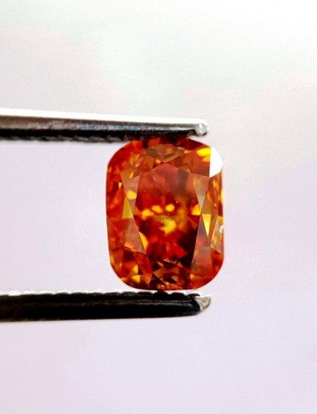 Glühende Lava, explodierende Sonne, oder Bernstein?  -  Ein fancyfarbener Diamant bittet um Hilfe