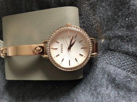 Abfärben einer rosègoldenen Uhr