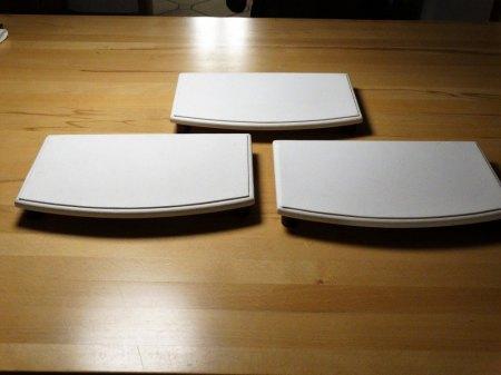 BIETE: Schaufenster-Deko weißes Kunstleder/rotes Holz Büsten, Ringständer, Ohrringhalter, Podeste usw. ca. 100 Teile