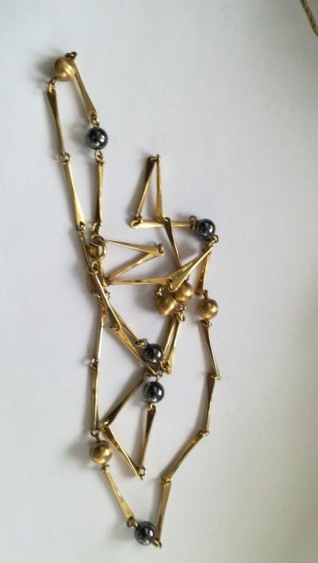 Lange Kette, Gold und schwarzer Stein