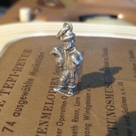 Hersteller und Alter von Silberanhänger gesucht (Mann mit Gänsen)