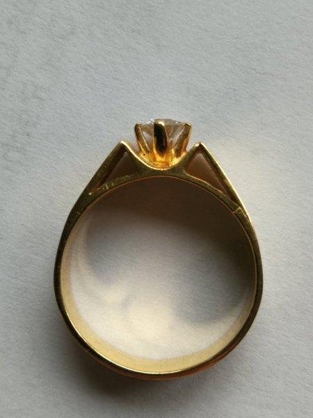 Kleiner Solitär-Goldring mit großem Brillant zu verkaufen