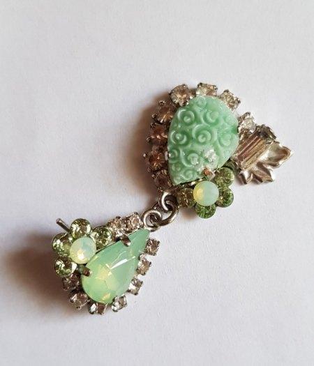 Evtl. Ohrring mit hellgrünen Steinen