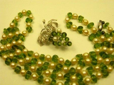Brosche mit grünen Kugeln und Perlen
