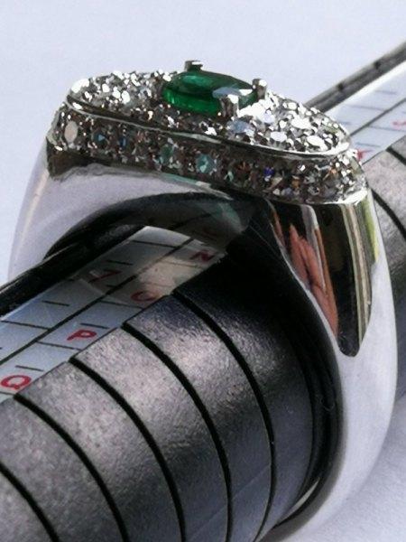 Ich biete einen Smaragd-Ring in 750er Weißgold mit Diamanten
