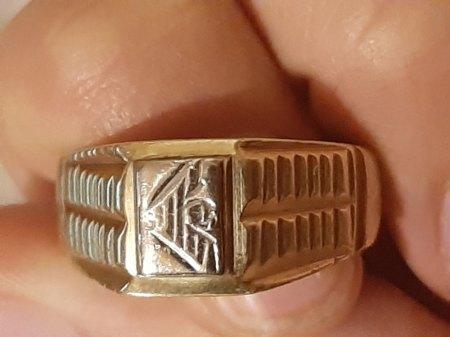 Herrenring 750 gold pyramidenförmig Siegelring?