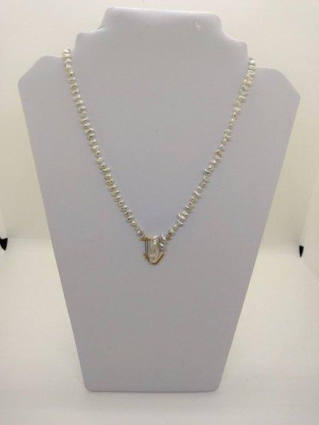 Biete: Hübsche Perlenkette mit handgearbeitetem Anhänger aus Gold mit Brillanten