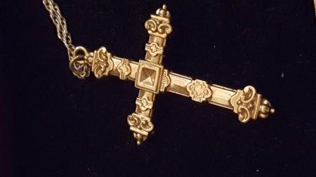 Schaumgold Kreuz mit Onyx?