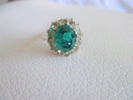 Weißgoldring mit grünem Stein und Diamanten?
