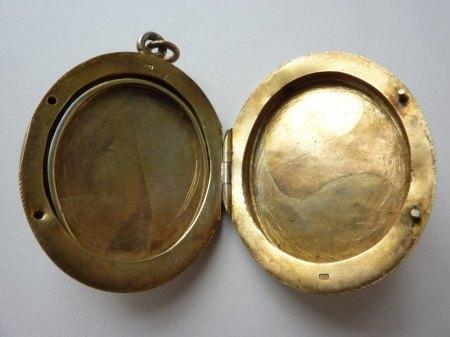 Graviertes Medaillon - Material? Alter? Wert?