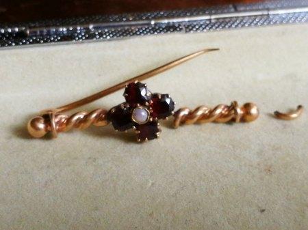 Brosche (14 Karat Gold) 1700-1800 JJ Inkrafttret mit 4 Granaten und einer Perle sucht neuen Besitzer