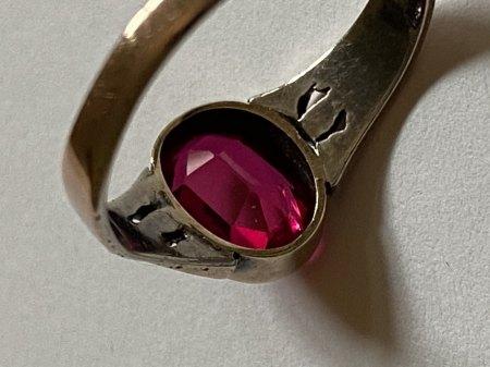 Ring mit unbekannten Stein