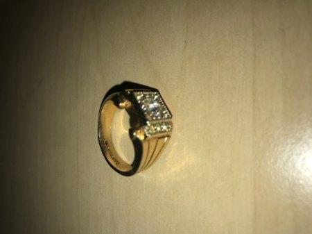 Kann mir jemand was zu dem Ring sagen? Ist der Diamant echt? Er beschlägt nicht & schneidet auch Glas ..