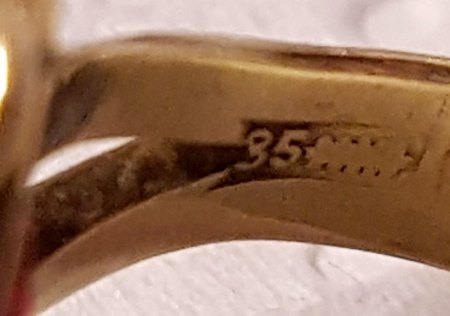 Was ist das für ein alter Ring mit Stein in pink.