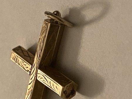 Kreuz mit Stift / Material unbekannt