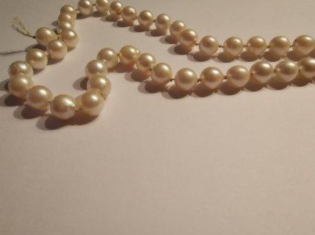 Bitte um Bewertung (Wert + Perlenart) einer Perlenkette ohne Verschluss gerissen