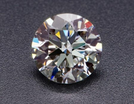 Feuer und Brillanz bei einem Diamanten