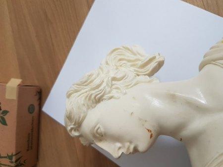 Aus welchem Material ist diese Artemis Skulptur?