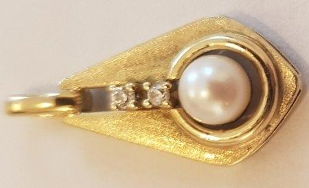 Perle und zwei Steine