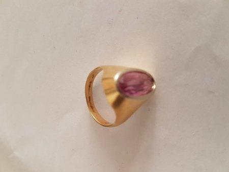 Goldring mit violettem Stein