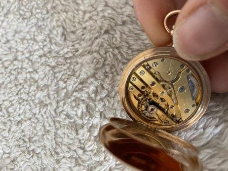 Frau fragt nach Taschenuhr