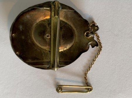 Goldene Brosche mit blauem Stein/Glas/Emaille?