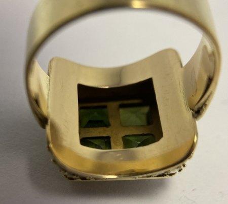 Alter Goldring mit grünen Steinen